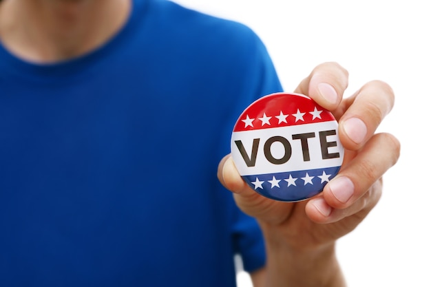 Concept de votes américains. homme tenant un badge de vote