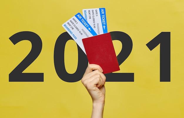 Concept de voyage en 2021. main avec billets d'avion.