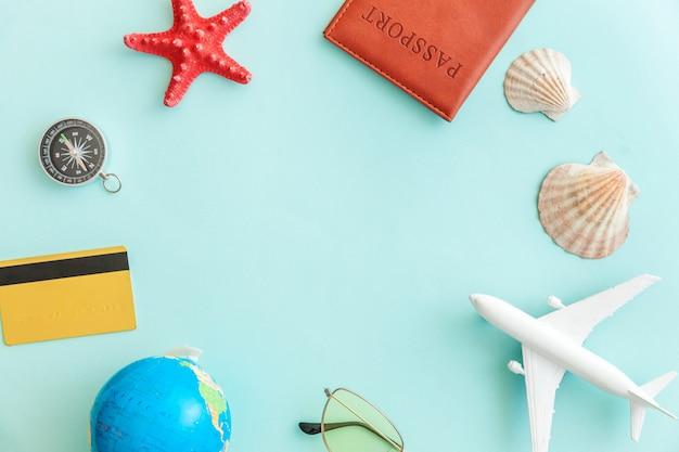Concept de voyage aventure voyage plat simple minimes simples sur fond moderne branché bleu pastel coloré