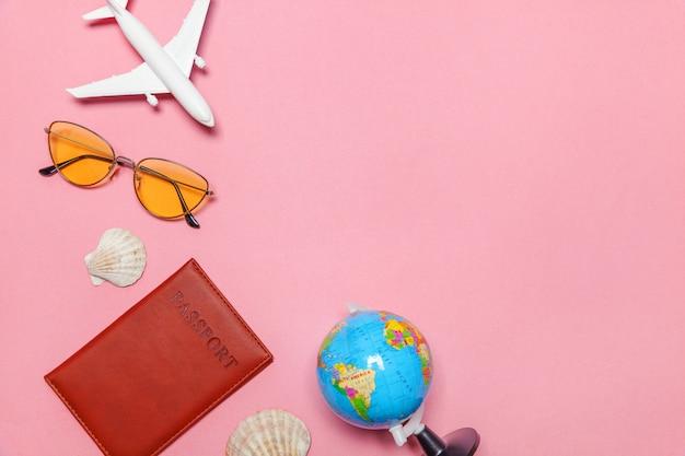 Concept de voyage aventure voyage plat simple mise à plat sur fond moderne tendance pastel rose