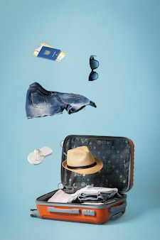 Concept de voyage avec bagage ouvert