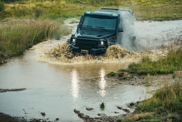 Concept de voyage et de course pour x conduire un véhicule tout-terrain tout-terrain x concept roue de voiture de camion sur tout-terrain ...