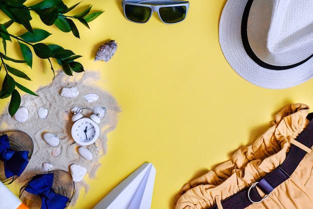 Concept de voyage d'été accessoires de vacances sur fond jaune copie espace mise à plat