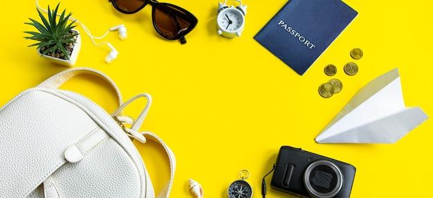 Concept de voyage d'été lunettes de soleil d'argent de passeport et appareil photo sur fond jaune