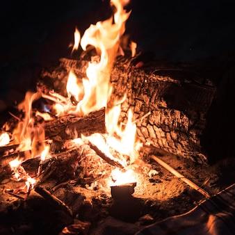 Concept de voyage avec feu de camp
