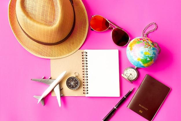 Concept de voyage sur fond rose.
