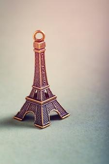 Concept de voyage, miniature de la tour eiffel
