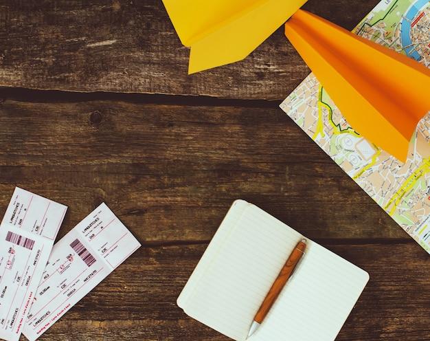 Concept de voyage. objets sur fond en bois