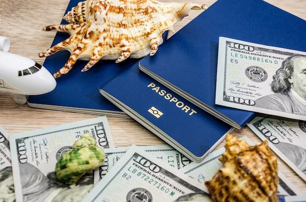 Concept de voyage passeports et dollars