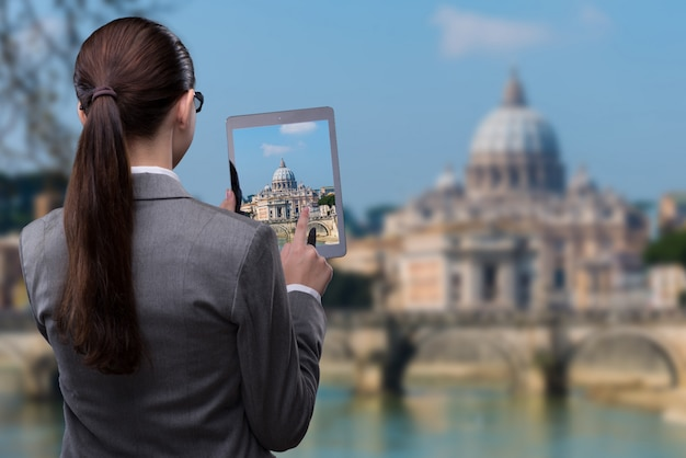 Concept de voyage en réalité virtuelle avec femme et tablette