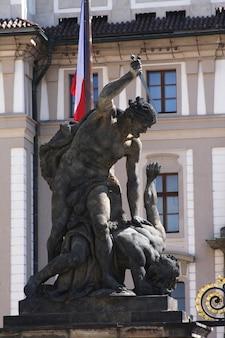 Concept de voyage - statue sur le portail du château de prague