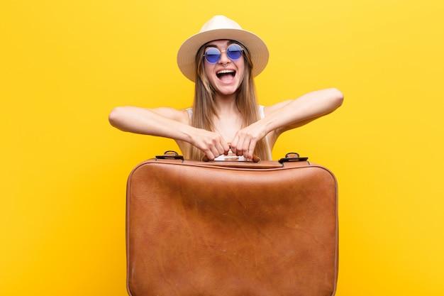 Concept de voyage ou de tourisme de jolie jeune femme