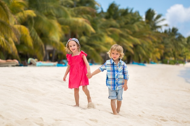 Concept de voyage de vacances brother sister beach bonding