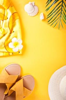 Concept de voyage de vacances d'été chaussures chapeau de feuille de palmier et coquillages