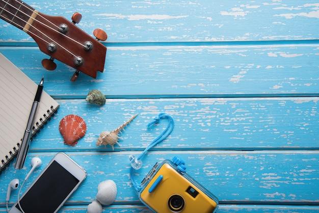Concept de voyage vacances d'été sur fond de table en bois