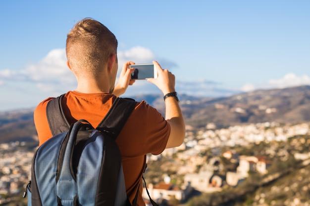Concept de voyage, vacances, photographe et auto-stoppeur