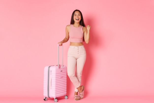 Concept de voyage, vacances et vacances. sur toute la longueur d'une fille asiatique heureuse se prépare pour le vol