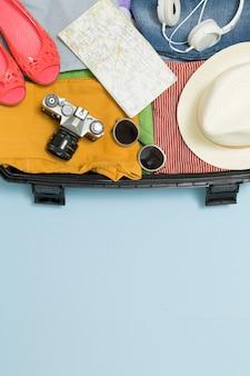 Concept de voyage. valise avec des choses touristiques et différents attributs. copiez l'espace.