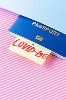 Concept de voyage et de verrouillage. voyager en période épidémique. passeport et test de coronavirus sur fond bleu rose. test médical à l'aéroport