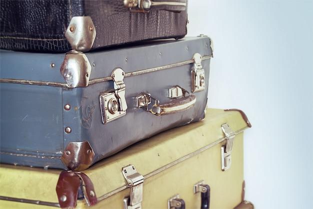 Concept de voyage vintage avec bagages. couleurs pastel