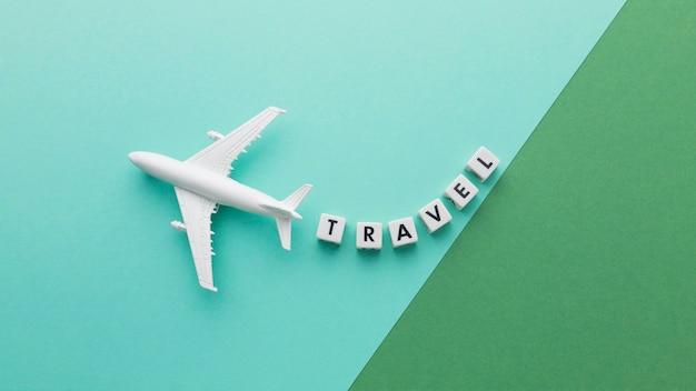 Concept de voyage vue ci-dessus avec avion blanc