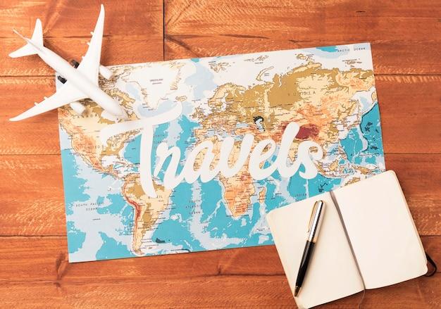 Concept de voyage vue de dessus avec carte