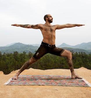 Concept de yoga en plein air pour homme tatoué