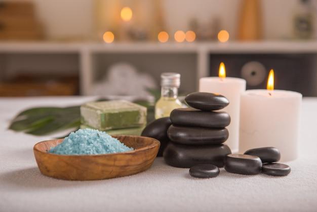 Concept zen et relax. composition de spa avec traitement sur fond clair - espace pour le texte