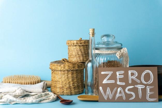 Concept zéro déchet. articles ménagers réutilisables (canettes, assiettes, sacs). mouvement environnemental pour réduire les déchets plastiques