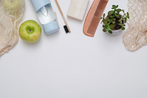 Concept zéro déchet: produits éco recyclables en verre et bois, vue de dessus