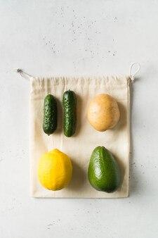 Concept zéro déchet. sacs à provisions écologiques en textile sur fond blanc