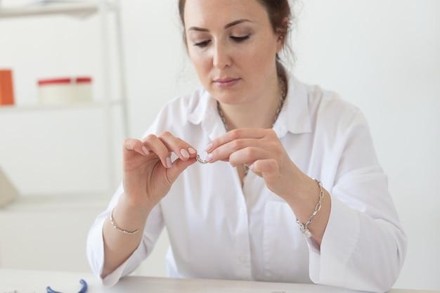 Concepteur d'accessoires professionnels fabriquant des bijoux faits à la main dans un atelier de création de mode et de créativité