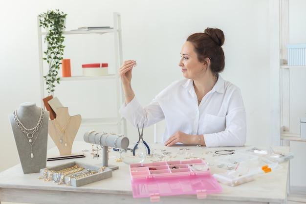 Concepteur d'accessoires professionnels fabriquant des bijoux faits à la main dans un atelier de création de mode