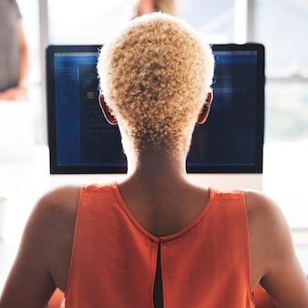 Concepteur africain de travail femme concept de travail