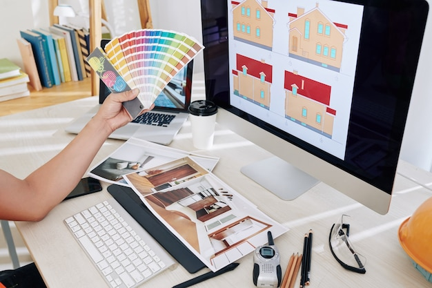 Concepteur choisissant la palette de couleurs