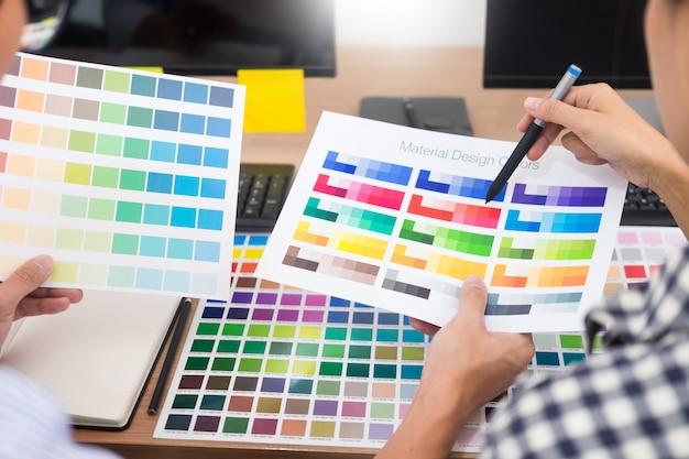 Concepteur créatif graphique créatif travaillant ensemble coloriage à l'aide d'une tablette graphique