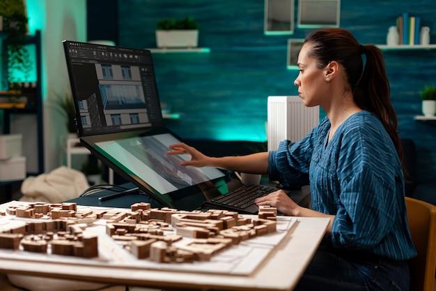 Concepteur de croquis architecturaux faisant un plan de construction numérique pour la rénovation de construction professionnelle. femme architecte utilisant un ordinateur à pavé tactile pour un projet virtuel de plan immobilier