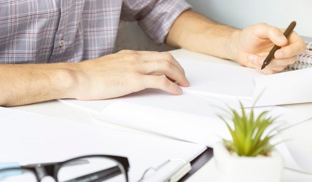 Concepteur déplaçant les mains travaillant avec un ordinateur portable et un diagramme de conception web numérique comme concept