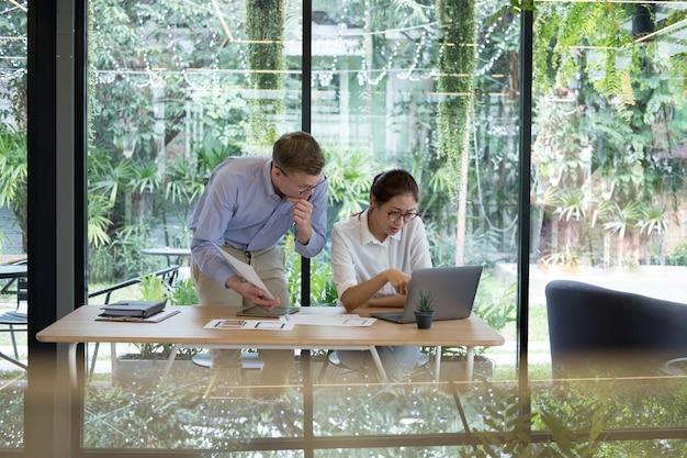 Concepteur d'expérience utilisateur (ux) concevant le web sur la mise en page de téléphone intelligent.