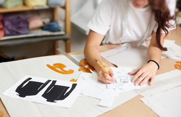 Concepteur féminin, croquis au crayon de vêtements