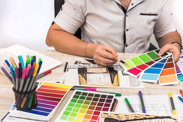 Concepteur ingénieur et architecte concepteur créatif travaillant avec un plan d'esquisse et un échantillonneur de couleurs