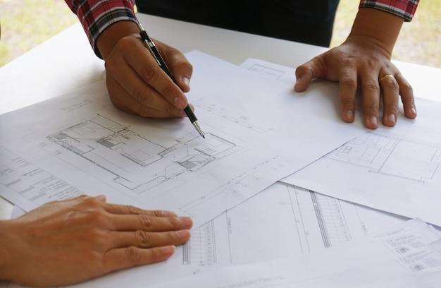 Concepteur d'intérieur de collègues corporate achievement planning design on blueprint travail d'équipe concept avec compas.