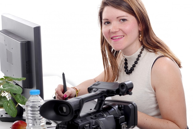 Concepteur de jeune femme à l'aide de tablette graphique