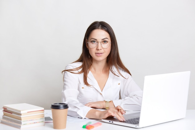 Concepteur-rédacteur réussi occupé à travailler avec un ordinateur portable