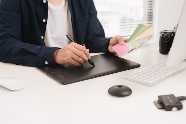 Concepteur de site web travaillant sur tablette numérique et ordinateur portable au bureau