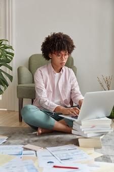 Concepteur de sites web professionnel posant dans un appartement confortable