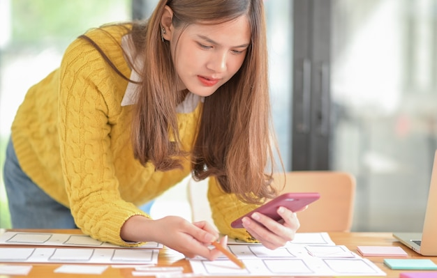 Les concepteurs d'applications pour smartphones conçoivent de nouveaux projets.