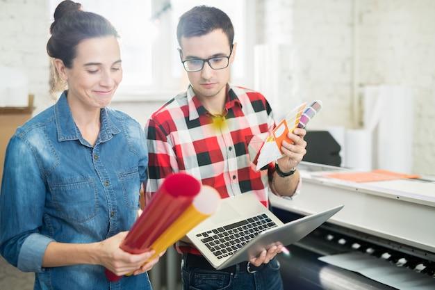 Les concepteurs choisissent la couleur du papier d'impression