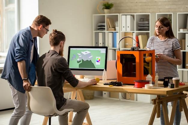 Concepteurs créant un modèle numérique 3d pour l'impression