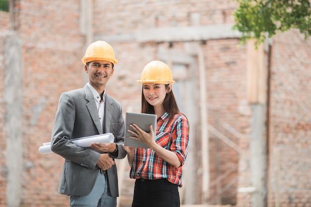 Les concepteurs discutent du plan de construction